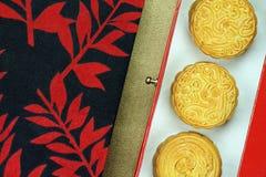 Ciérrese encima de vista de la torta china de la luna en regalo que la caja determinada para celebra en mediados de festival del  Foto de archivo libre de regalías