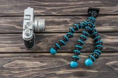 Ciérrese encima de vista de un tipo flexible trípode y de la cámara del vintage Imagen de archivo