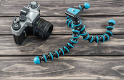 Ciérrese encima de vista de un tipo flexible trípode y de la cámara del vintage Fotografía de archivo