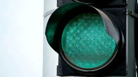 Ciérrese encima de vista del color verde en el semáforo metrajes