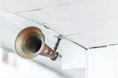 Cuerno viejo del metal en la nave como medios de la advertencia. Imagen de archivo libre de regalías