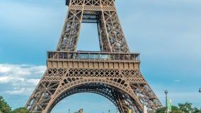 Ciérrese encima de vista de la primera sección del timelapse de la torre Eiffel en París, Francia metrajes