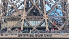 Ciérrese encima de vista de la primera sección del timelapse de la torre Eiffel en París, Francia almacen de video