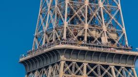 Ciérrese encima de vista de la sección central del timelapse de la torre Eiffel en París, Francia almacen de video