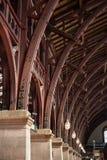 ciérrese encima de vista de la vieja estructura de tejado del vintage en la estación de tren imagenes de archivo