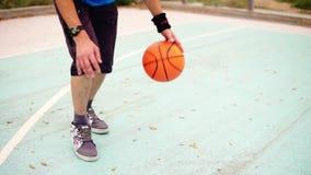 Ciérrese encima de vista de un baloncesto practicante del hombre joven afuera Tiro a cámara lenta almacen de metraje de vídeo