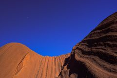Ciérrese encima de vistas de la formación de roca majestuosa de roca de Uluru Ayers en el Uluru Kata Tjuta National Park, Austral fotos de archivo
