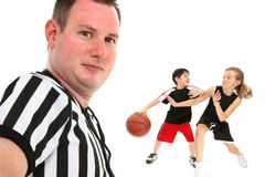 Ciérrese encima del árbitro del baloncesto de los niños foto de archivo
