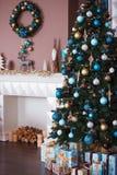 Ciérrese encima del árbol de navidad adornado Ningunas personas Fondo del día de fiesta Imagen de archivo