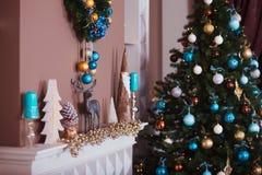Ciérrese encima del árbol de navidad adornado Ningunas personas Fondo del día de fiesta Foto de archivo