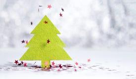 Ciérrese encima del árbol de navidad verde con la estrella roja chispeante que cae encendido Fotografía de archivo libre de regalías