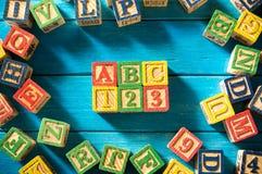 Ciérrese encima del arreglo del alfabeto del ` de ABC del ` en fondo azul Imagen de archivo libre de regalías