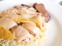 Ciérrese encima del arroz hainanese del pollo en una placa fotos de archivo libres de regalías