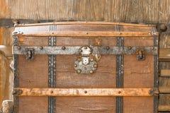 Ciérrese encima del ataúd viejo del metal imagen de archivo libre de regalías