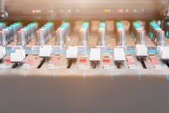 Ciérrese encima del atenuador volumen del mezclador de sonidos del viejo que ajusta el regulador de los botones en sala de contro foto de archivo libre de regalías