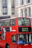 Ciérrese encima del autobús icónico del autobús de dos pisos de Londres Fotos de archivo libres de regalías