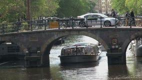 Ciérrese encima del barco de canal en Amsterdam metrajes