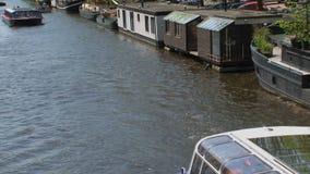 Ciérrese encima del barco de canal en Amsterdam almacen de metraje de vídeo