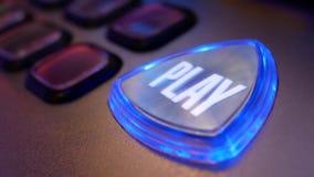 Ciérrese encima del botón de reproducción de giro en la máquina tragaperras almacen de metraje de vídeo