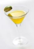 Ciérrese encima del cóctel de Martini con la cal Imágenes de archivo libres de regalías