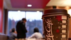 Ciérrese encima del café caliente de Mccafe en el restaurante de los alimentos de preparación rápida de McDonalds metrajes