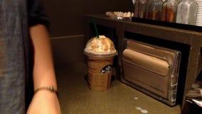 Ciérrese encima del café de hielo de consumición de la mujer almacen de metraje de vídeo