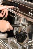 Ciérrese encima del café que hace con la máquina de café express Imagen de archivo