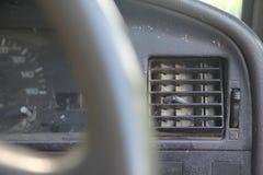Ciérrese encima del canal sucio del respiradero de la condición del aire del polvo en el coche viejo f fotografía de archivo