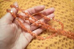 Ciérrese encima del collar plástico anaranjado de la gota de los controles de la mano Imagen de archivo