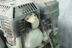 Ciérrese encima del cortacésped viejo, componentes del cortacéspedes, máquina vieja, motor Foto de archivo libre de regalías