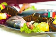 Ciérrese encima del detalle de la bandeja del metal de pescados y de crustáceos, langosta, Imagen de archivo libre de regalías