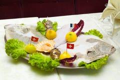 Ciérrese encima del detalle de la bandeja del metal de pescados y de crustáceos, ostras, Fotografía de archivo