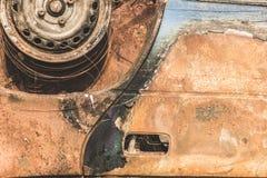 Ciérrese encima del detalle de la ruina quemada oxidada abandonada del coche Fotografía de archivo