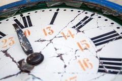 Ciérrese encima del detalle de un reloj retro dañado viejo Imagen de archivo libre de regalías