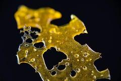 Ciérrese encima del detalle del aislante del fragmento del concentrado del aceite de la marijuana aka foto de archivo libre de regalías