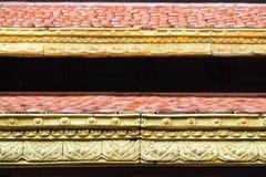 Ciérrese encima del detalle del tejado tailandés del estilo con la naranja y el color oro Fotos de archivo libres de regalías