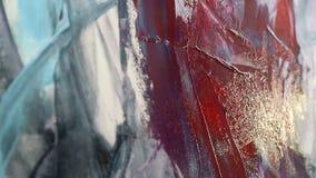 Ciérrese encima del dibujo con la espátula y las pinturas acrílicas La mano de un artista de la mujer, sosteniendo una espátula p almacen de metraje de vídeo
