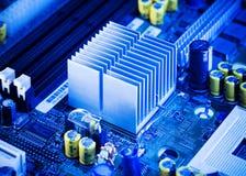 Ciérrese encima - del disipador de calor de aluminio en una placa madre del ordenador imagen de archivo libre de regalías