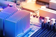 Ciérrese encima - del disipador de calor, memoria, microprocesadores en una placa madre de la placa de circuito del ordenador fotografía de archivo libre de regalías
