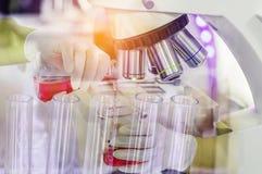 Ciérrese encima del equipo del microscopio para los experimentos de la investigación con el líquido de la química de la investiga foto de archivo