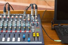 Ciérrese encima del escritorio de control audio Imágenes de archivo libres de regalías