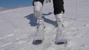 Ciérrese encima del esquiador que camina en las botas de Ski Bindings With His Ski en Sunny Day metrajes