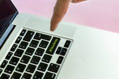 Ciérrese encima del finger de la mano del ` s de la persona que empuja el texto del ` del hashtag del ` en un botón del concepto  fotografía de archivo