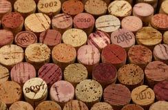 Ciérrese encima del fondo de los corchos usados del vino imagenes de archivo