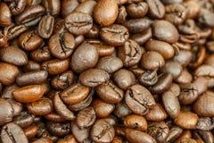 Ciérrese encima del grano de café Imágenes de archivo libres de regalías