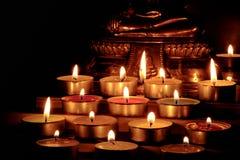 Ciérrese encima del grupo de velas ardientes en estilo tailandés con el brote borroso fotos de archivo