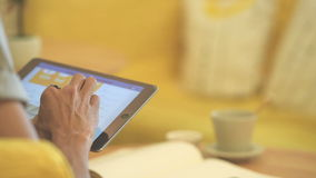 Ciérrese encima del hombre de la mano que usa la tableta en el café del café en la tabla metrajes