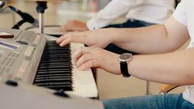 Ciérrese encima del hombre del tiro que juega el piano almacen de video