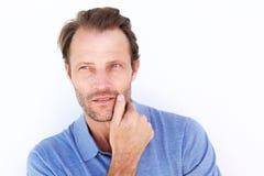 Ciérrese encima del hombre hermoso que piensa con la mano en la barbilla foto de archivo libre de regalías