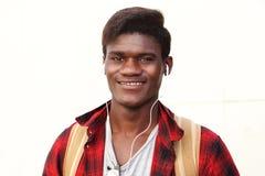 Ciérrese encima del hombre joven elegante que sonríe contra el fondo blanco Imagen de archivo libre de regalías